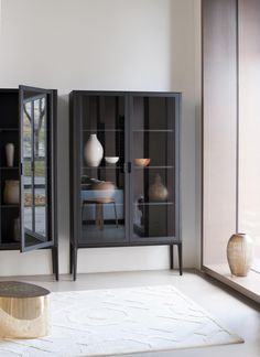 Vitrinen aus Glas, Holz und Metall Showcases made of glass, wood and metal Better living Commode Design, Cabinet Design, Home Decor Furniture, Furniture Design, Living Room Storage, Piece A Vivre, Fashion Room, Dining Room Design, Room Decor