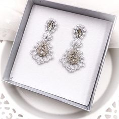 Malé krajkové svatební náušnice s krystaly Lace Earrings