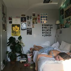 Chambre Indie, Indie Room, Pretty Room, Room Ideas Bedroom, Bedroom Inspo, Zen Bedroom Decor, 60s Bedroom, Wall Decor, Aesthetic Room Decor