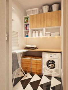 洗いものを一時保管するかご、洗剤を置く棚はもちろんのこと、乾燥させた洗濯ものを畳むカウンター、折り畳み式のもの干しやアイロン台。すべての動線がムダなく納まるよう工夫された洗濯コーナー。