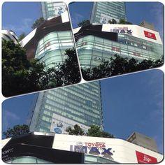 駅前の大型ショッピングモールはこんな感じです映画もあって今でいうと君の名はが上映中です トヨタもしっかり入ってますね #映画館 #phrongphong #プロンポン #君の名は #街並み #ショッピング#生活 #海外 #thailand #タイ #bankoku #バンコク #cocoacana