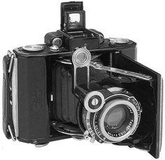 Le Zeiss Ikon Super Ikonta 530 : un Ikonta 4,5x6 équipé d'un télémètre. Notez le bras en sémaphore qui porte la lentille à prisme tournant.