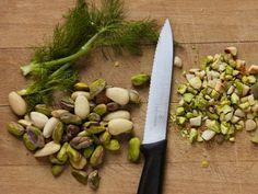 POLPETTE DI POLLO AI PISTACCHI 3/5 - Tritate grossolanamente sia le mandorle che i pistacchi e, finemente, il finocchietto.
