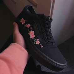 Different Types of Sneakers. What's your preferred and most worn shoe that is in your home? I wager it is those sneakers that you use everywhere. Sneaker can be used for lots of things Sock Shoes, Vans Shoes, Shoe Boots, Buy Shoes, Sneakers Mode, Sneakers Fashion, Pink Sneakers, Fashion Shoes, Basket Style
