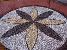 Uno de los varios rosetones situados en la C/ Concepción, calle peatonal de Estepona, Málaga. Obra de Empedrados los Picantes http://www.empedrados.com