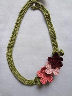 Flowery Necklace - free crochet pattern
