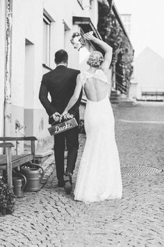 Constanze & Oliver: moderne DIY-Vintage-Hochzeit - Diy And Crafts Vintage Wedding Photography, Wedding Rings Vintage, Wedding Photography Poses, Wedding Poses, Diy Wedding, Wedding Ceremony, Wedding Day, Wedding Dresses, Celtic Wedding
