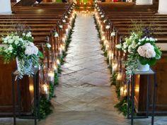 Ceremmonie religieuse Eglise de St Martin I île de Ré I France #ceremoniereligieuse #alleecentrale #bougies #photophores #guirlandedefeuillage