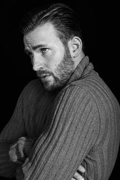 Knives Out breakout star: a cable knit sweater. Chris Evans in a sweater, to be exact. Need to find this look? Capitan America Chris Evans, Chris Evans Captain America, Capt America, Chris Hemsworth, Chris Evans Tumblr, Robert Evans, Actrices Hollywood, Marvel Actors, Marvel Heroes