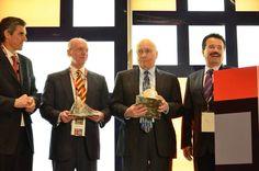 Jesús Vizcarra Calderón entrega regalos a ponentes en el marco de la NGA Show