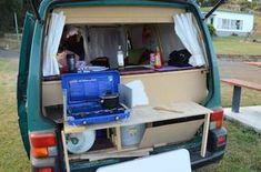 Die Küche. Der Bus war sowohl von innen als auch von außen so gestaltet, dass man bei gutem Wetter draußen und bei schlechtem Wetter drinnen kochen konnte. Deshalb raten wir euch, beim Ausbau eures Transporters ebenfalls darauf zu achten, dass ihr von innen und von außen an Gasflasche, Gasherd und den Wasserkanister rankommt. Camper Life, Rv Campers, Camper Van, Minivan Camper Conversion, Vw T4, Volkswagen, Camper Kitchen, Small Rv, Der Bus