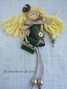 Muñeca broche de fieltro de color burdeos y verde  de El rinconcito de Zivi por DaWanda.com