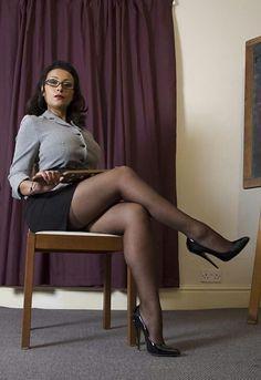 Wundervoll herrischer Anblick: Haltung, Blick, göttliche Nylonbeine... Wonderfull gorgeous sight: attitude, look, divine nylon leg.