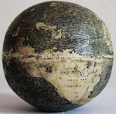 Der Globus auf dem Straußenei könnte der älteste Globus mit einer Darstellung der Neuen Welt sein.