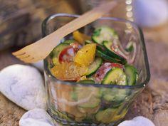 Zucchini-Salami-Salat mit Orangen | Zeit: 25 Min. | http://eatsmarter.de/rezepte/zucchini-salami-salat-mit-orangen