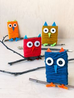 Use basic craft materials, a stick and a piece of upcycled cardboard to make this cute, easy, and inexpensive owl craft with kids. Yarn Crafts For Kids, Bird Crafts, Craft Projects For Kids, Toddler Crafts, Preschool Crafts, Diy For Kids, Arts And Crafts, Recycled Projects Kids, November Crafts