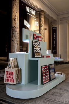 pop up shop Vamp;A pop-up store for London Design Festival - Retail Design World Kiosk Design, Display Design, Bag Display, Design Stand, Visual Merchandising, Retail Fixtures, Retail Store Design, Retail Stores, London Design Festival