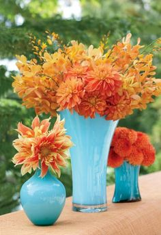 Days of Flowers Contrasting Colors: Orange arrangements in varying heights create a beautiful springtime display.Contrasting Colors: Orange arrangements in varying heights create a beautiful springtime display. Spring Flower Arrangements, Spring Flowers, Floral Arrangements, Autumn Flowers, Wedding Colors, Wedding Flowers, Blue Wedding, Wedding Pins, Wedding Details