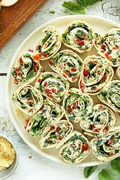 8 ingredient, 15 minute Sun-dried Tomato and Basil Pinwheels! An easy, crowd-pleasing summer-friendly appetizer or snack! #vegan #recipe #appetizer