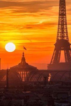 Un soleil éclatant de couleurs sur Paris.