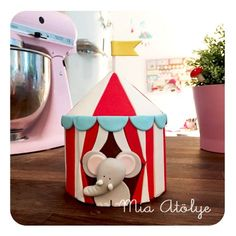 Circus cake topper - Cute elephant Create a clay SLAB to turn into tent add pieces for elephant Elephant Birthday Cakes, Elephant Cakes, Carnival Birthday, Birthday Parties, Circus Theme Cakes, Circus Decorations, Themed Cakes, Baby Shower Sweets, Carnival Themed Party