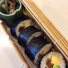 やっと作れた巻物。かんぴょうを煮たので、巻物にしたかったのよね。いんげんと海老は昆布出汁で煮ました。 - 16件のもぐもぐ - 太巻きと海老いんげんの胡麻和え by Kumi Kaseya-Yokoo