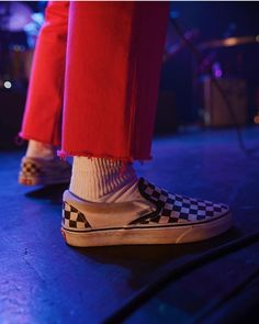 Hayley Williams repping some checkerboard at. Socks Outfit, Fashion Shoes, Fashion Outfits, Fashion Men, Clogs, Vanz, Quoi Porter, Red Aesthetic, Aesthetic Grunge