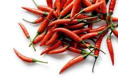 De felrode kleur van Spaanse pepers verraadt de aanwezigheid van weerstandverhogende voedingsstoffen als vitamine A, B en C. Ook zijn ze rijk aan mineralen als sodium en magnesium en bevatten hete pepers het stofje capsaïcine wat je immuunsysteem een boost geeft.