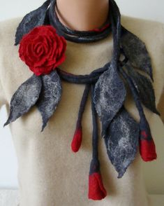 Felted wool red necklace felted jewelry felt flowers felt flower brooch unusual necklace red flowers roses floral lariat art to wear - ACCESORIOS FIELTRO - Felt Necklace, Flower Necklace, Flower Brooch, Lariat Necklace, Fabric Necklace, Cute Jewelry, Jewelry Necklaces, Glass Jewelry, Jewellery