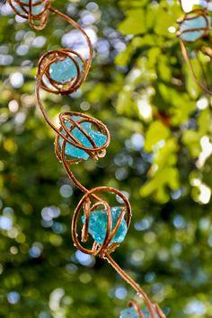 glass and copper diy rain chain Garden Crafts, Garden Projects, Garden Art, Garden Ideas, Rain Chain Diy, Rain Chains, How To Make A Rain Chain, Rain Barrel, Wire Crafts