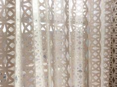 Cette caractéristiques Rideau blanc Bohème un filet finement, en tissu avec une…