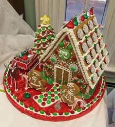 Easy Gingerbread House Decorating Ideas Gingerbread House With Sprinkle Room And Easy Decorative Details Home Design Software Free Best Gingerbread House Pictures, Homemade Gingerbread House, Cool Gingerbread Houses, Gingerbread House Designs, Gingerbread House Parties, Christmas Gingerbread House, Christmas Treats, Christmas Baking, Gingerbread Cookies