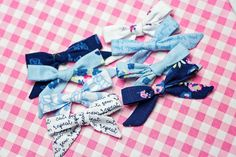 Do you want to learnhow to make girl's hairbows? This quick and easy girl's bow tutorial will have you making bows in no time! With this easy fabric tutorial, you'll never need to use ribbon again!  Having two littlegirls means there's a whole lot of bow making that goes …