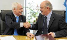 Lascurain junto al ministro de Trabajo, Carlos Tomada, en la firma de un convenio de formación profesional y certificación de competencias laborales.