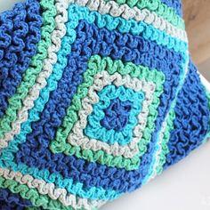 Free Crochet Cushion Pattern in wiggly stitch at Yarnplaza. Wiggly Crochet Patterns, Crochet Cushion Pattern, Crochet Cushion Cover, Crochet Cushions, Crochet Pillow, Crochet Squares, Crochet Home, Cute Crochet, Knit Crochet