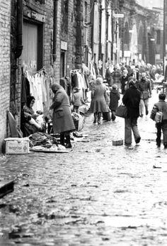 December Shoppers doing their last-minute Christmas shopping at Paddy's Market. Glasgow Central Station, Glasgow City Centre, Glasgow Scotland, Edinburgh, Great Photos, Old Photos, Vintage Photos, Plan A Day Out, Argyle Street