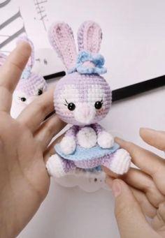 Crochet Bunny Pattern, Crochet Daisy, Crochet Patterns Amigurumi, Crochet Dolls, Kawaii Crochet, Cute Crochet, Crochet Crafts, Crochet Projects, Crochet Hair Clips