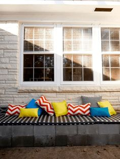 Buying outdoor chairs and seating arrangements can result in spending much money. Instead, stack the cinder blocks, cement them together, and add some wonderful padding and cushions. In no time, you've created a fantastic bench that can withstand the weather and doesn't take up any extra space in your yard. Wooden Pallet Projects, Outdoor Projects, Diy Projects, Wooden Pallets, Outdoor Spaces, Outdoor Chairs, Outdoor Decor, Outdoor Living, Cinder Block Bench