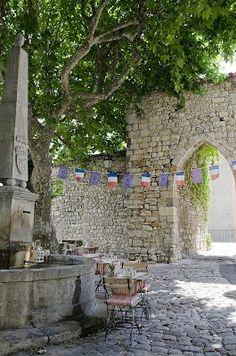 Place pavée, Provence