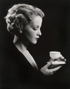 Vintage photograph of classic Hollywood actress Sari Maritza sipping tea. People Drinking Coffee, Drinking Tea, Sipping Tea, Vintage Glamour, Vintage Beauty, Vintage Vogue, Hollywood Glamour, Hollywood Actresses, Classic Hollywood