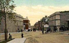 Le tramway circulant rue Saint-Jean, à l'angle de la rue D'Auteuil, vers 1905. On remarque l'absence de la porte Saint-Jean qui a été détruite plus tôt, en 1897. À gauche, on voit l'édifice Quebec Jacques Cartier Electric Co. qui deviendra vers les années 1920 la Banque Canadienne de Commerce.