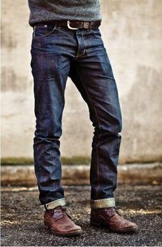 Acheter la tenue sur Lookastic: https://lookastic.fr/mode-homme/tenues/pull-a-col-rond-gris-jean-bleu-marine-bottines-chukka-bordeaux-ceinture-brun/105 — Jean bleu marine — Bottines chukka en cuir bordeaux — Ceinture en cuir brun — Pull à col rond gris