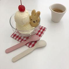 ce cream ice soft pastel creamy cream cold food foodie foodies drink milk yummy tasty snack r o s i e Cute Desserts, Dessert Recipes, Kawaii Dessert, Cafe Food, Aesthetic Food, Cream Aesthetic, Food Art, Sweet Recipes, Food Photography