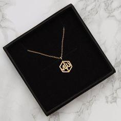 Trendy Jewelry, Dainty Jewelry, Pandora Jewelry, Wire Jewelry, Jewelry Shop, Jewelery, Jewelry Accessories, Letter Charm Necklace, Gold Bar Necklace