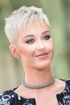 "Katy Perry Feels ""Liberated"" by Short Hair: ""I Have Surrendered to My frisuren frauen frisuren männer hair hair styles hair women Short Spiky Hairstyles, Short Pixie Haircuts, New Haircuts, Cool Hairstyles, Haircut Short, Super Short Hair, Short Grey Hair, Short Hair Cuts, Short Hair Styles"