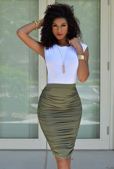 How to Wear a Dark Green Pencil Skirt looks & outfits) Green Pencil Skirts, Pencil Skirt Outfits, Green Skirt Outfits, Pencil Dresses, Classy Outfits, Chic Outfits, Fashion Outfits, Work Outfits, Spring Outfits