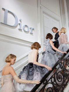 Behind the scenes at Dior- catwalk - runway - model - fashion Dior Haute Couture, Style Couture, Couture Fashion, Dior Fashion, Runway Fashion, Fashion Show, Fashion Design, Club Fashion, 1950s Fashion