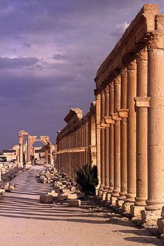 Palmyre, grande colonnade - too late ; Ancient Ruins, Ancient Rome, Ancient Greece, Ancient Art, Ancient History, Architecture Classique, Architecture Antique, Beautiful Ruins, Beautiful Places