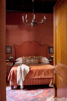 8 Deep Red Rooms for Fans of Marsala, the Pantone Color of the Year bedroom in a Rome apartment! Interior Design Themes, Apartment Interior Design, Home Interior, Interior Doors, Interior Ideas, Marsala, Rome Apartment, Bedroom Red, Bedroom Colors