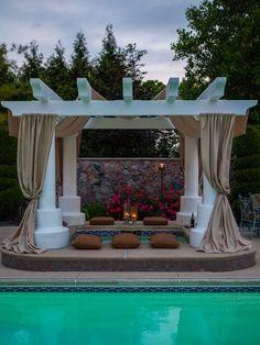Vorhänge aus Ihren Pavillon und Hinzufügen von Kissen und Kerzen drapieren kann Ihren Whirlpool zu einem eleganten romantisches Reiseziel für Sie und Ihre bessere Hälfte transformieren.